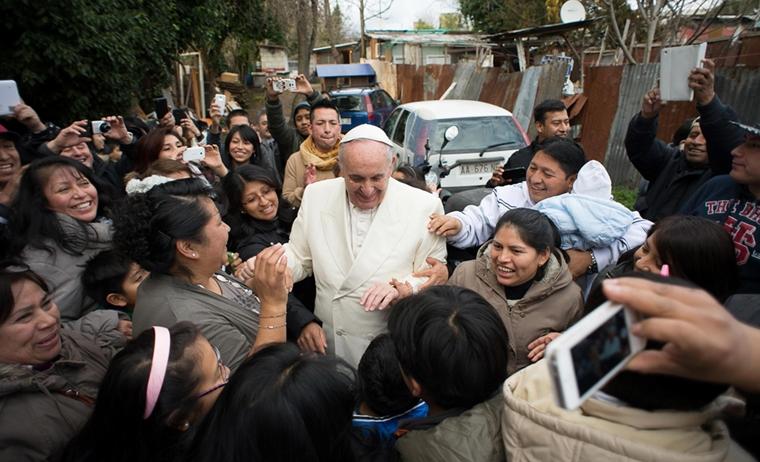 Pope makes surprise visit to  immigrant settlement  before parish visit