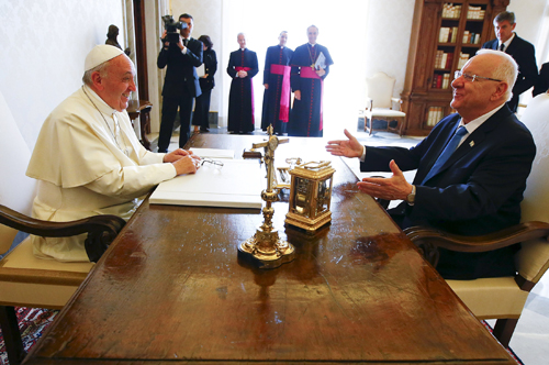 Pope meets Israeli president, expresses hopes for peace