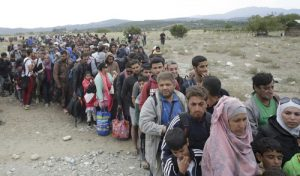 20150908cnsbr0459 2 300x176 - Hundreds of migrants line up to catch train in Macedonia