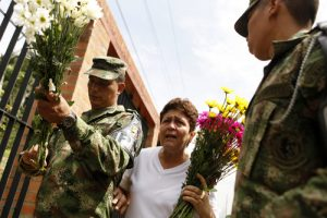 20150911cnsbr0600 1 300x200 - People honor Colombian soldiers dead after rebel attack