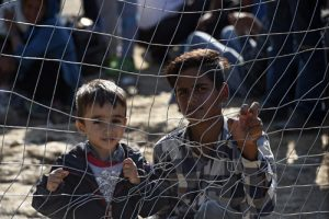 20150917cnsbr0713 1 300x200 - Migrant children look through fence as they wait permission to cross border in Macedonia