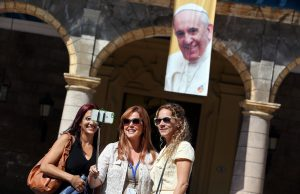 20150918cnsto0037 1 300x194 - Tourists take a 'selfie' in front of image of Pope Francis in Havana