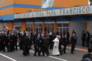 20150920cnsnw0061 1 300x200 - Pope Francis walks with Cuban President Raul Castro after arriving at Jose Marti International Airport in Havana