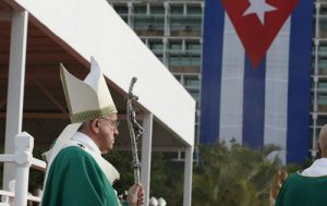 20150920cnsnw0068 1 500x315 300x189 - Cuba's flag seen as Pope Francis arrives to celebrate Mass in Revolution Square in Havana