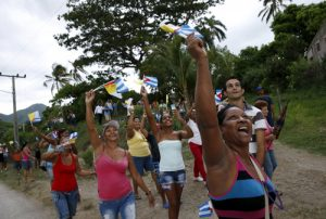 20150922cnsnw0223 1 300x202 - People cheer and wave flags as Pope Francis drives past in El Cobre, Cuba