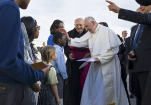 20150925cnsnw0417 1 300x210 - Pope Francis is greeted by children upon his arrival to New York