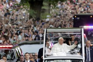20150925cnsnw0504 1 300x200 - Pope Francis rides in motorcade thorugh New York's Central Park