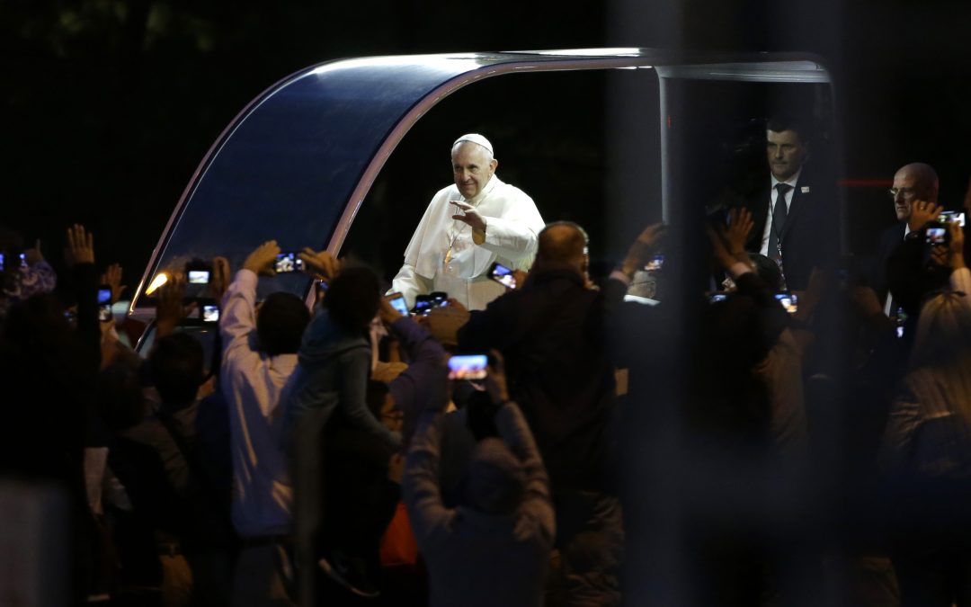 Pope delights Philly crowd with spontaneous talk on families