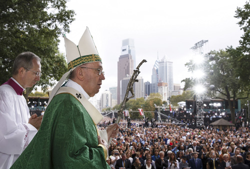 Serve, care for each other, pope tells families at closing Mass