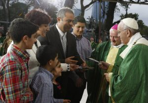 20150927cnsnw0771 2 300x209 - Pope Francis gives copy of Gospel of Luke to family during closing Mass of the World Meeting of Families