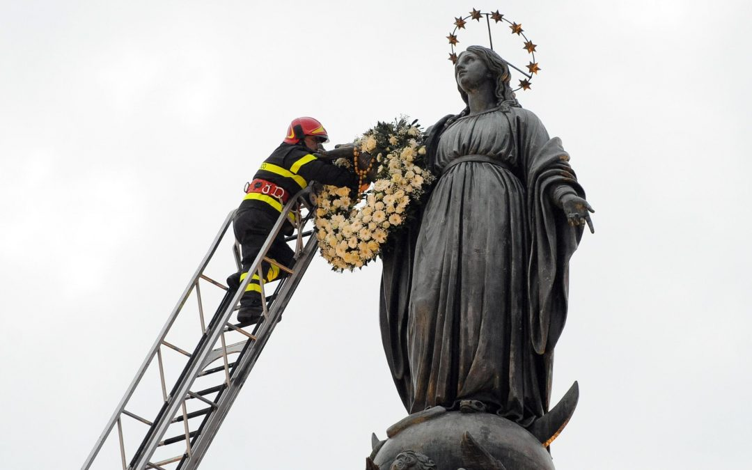 Pope venerates statue of the Immaculate Conception in Rome square