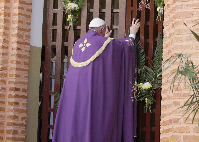 Pope in Bangui: Open the doors of mercy, counter violence with love