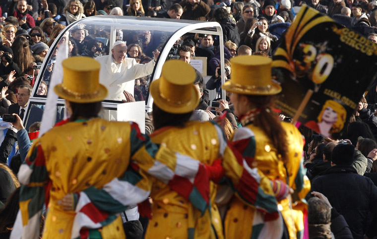 Papal almoner organizes a day at the circus for Rome's poor