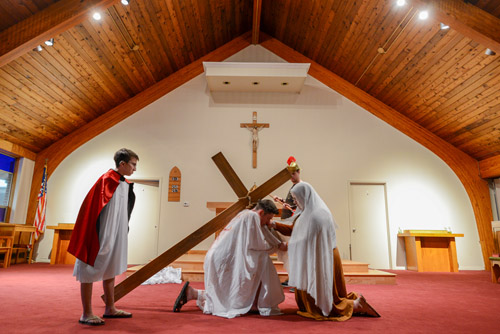 Way of Cross: Young people pray for courage to bear cross, help others