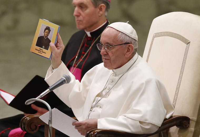 At audience, pope leads prayers for migrants, trafficking victims