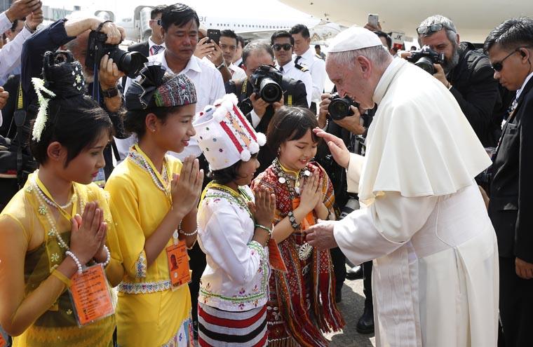Update: Pope meets generals after brief welcome by children in Myanmar