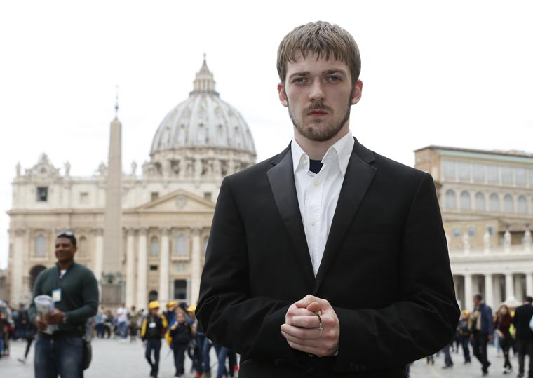 Father of Alfie Evans meets pope, begs for help to save his son