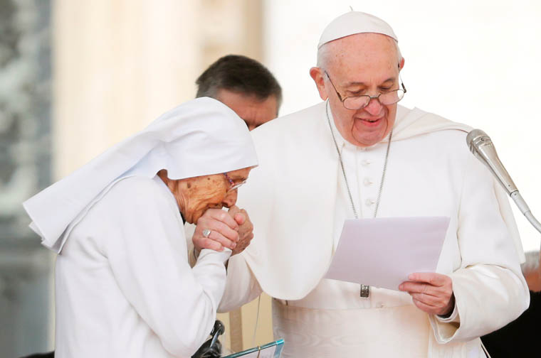 Pope praises service of Italian missionary sister in Africa