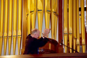 Todd Wilson praises organ 300x200 - Todd Wilson praises organ