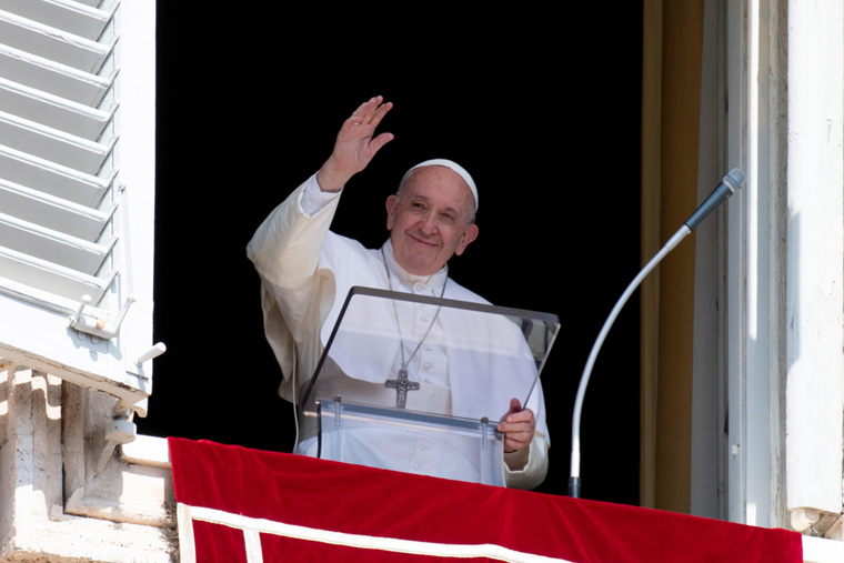 God conquers evil with love, forgiveness of sins, pope says at Angelus
