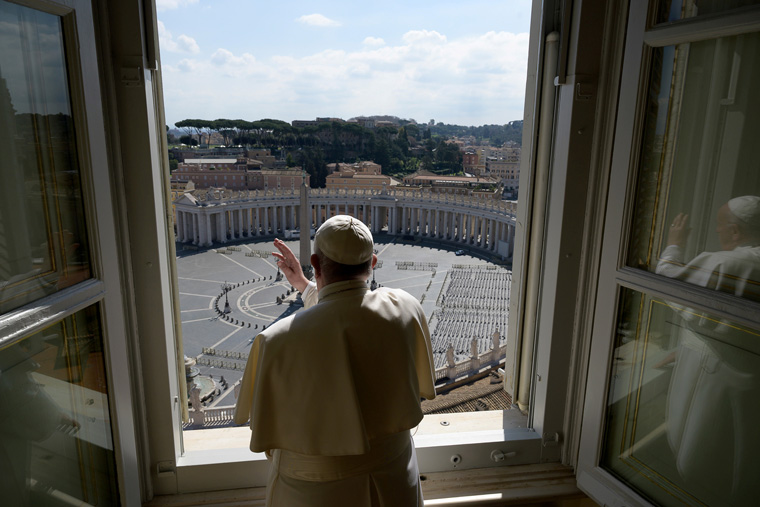 Pope prays for clergy, public service employees working during lockdown