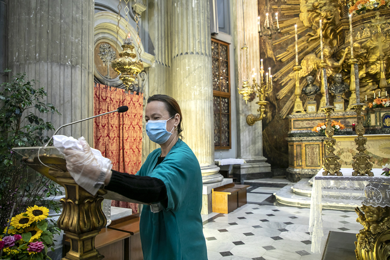 Vatican distributes notes on cleaning, protecting church objects