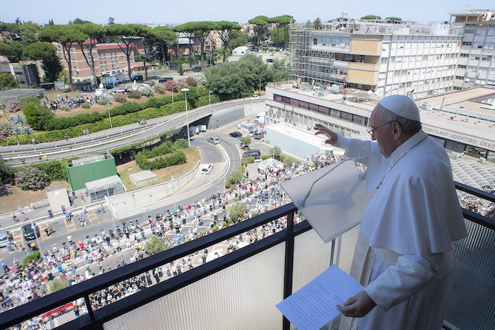 Hundreds gather outside hospital to greet recovering pope